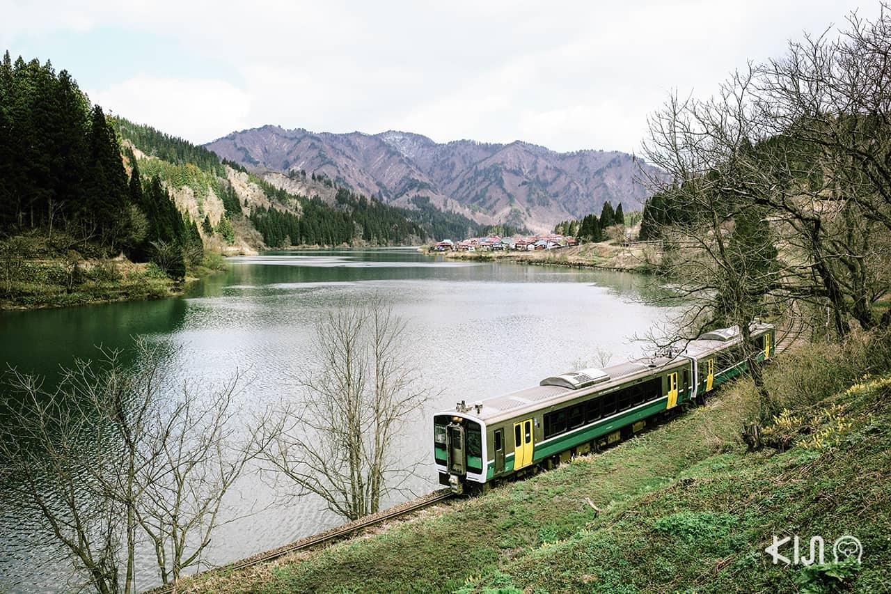 จุดชมวิวคาเนยามะ ฟุเรไอ ฮิโรบะ ใน ฟุกุชิมะ สถานที่ที่เราจะได้ชมวิวรถไฟบนฉากหลังภูเขาอันกว้างใหญ่