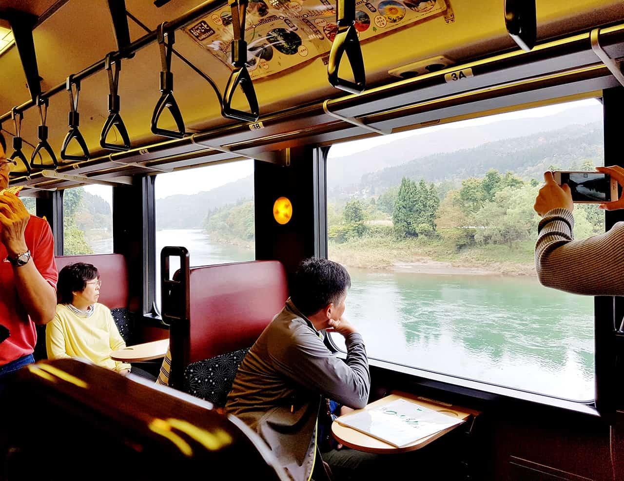 ระหว่างการเดินทางโดย Oykot Train สามารถดื่มด่ำบรรยากาศของวิวทิวทัศน์สวยๆ ได้ตลอดสองข้างทาง