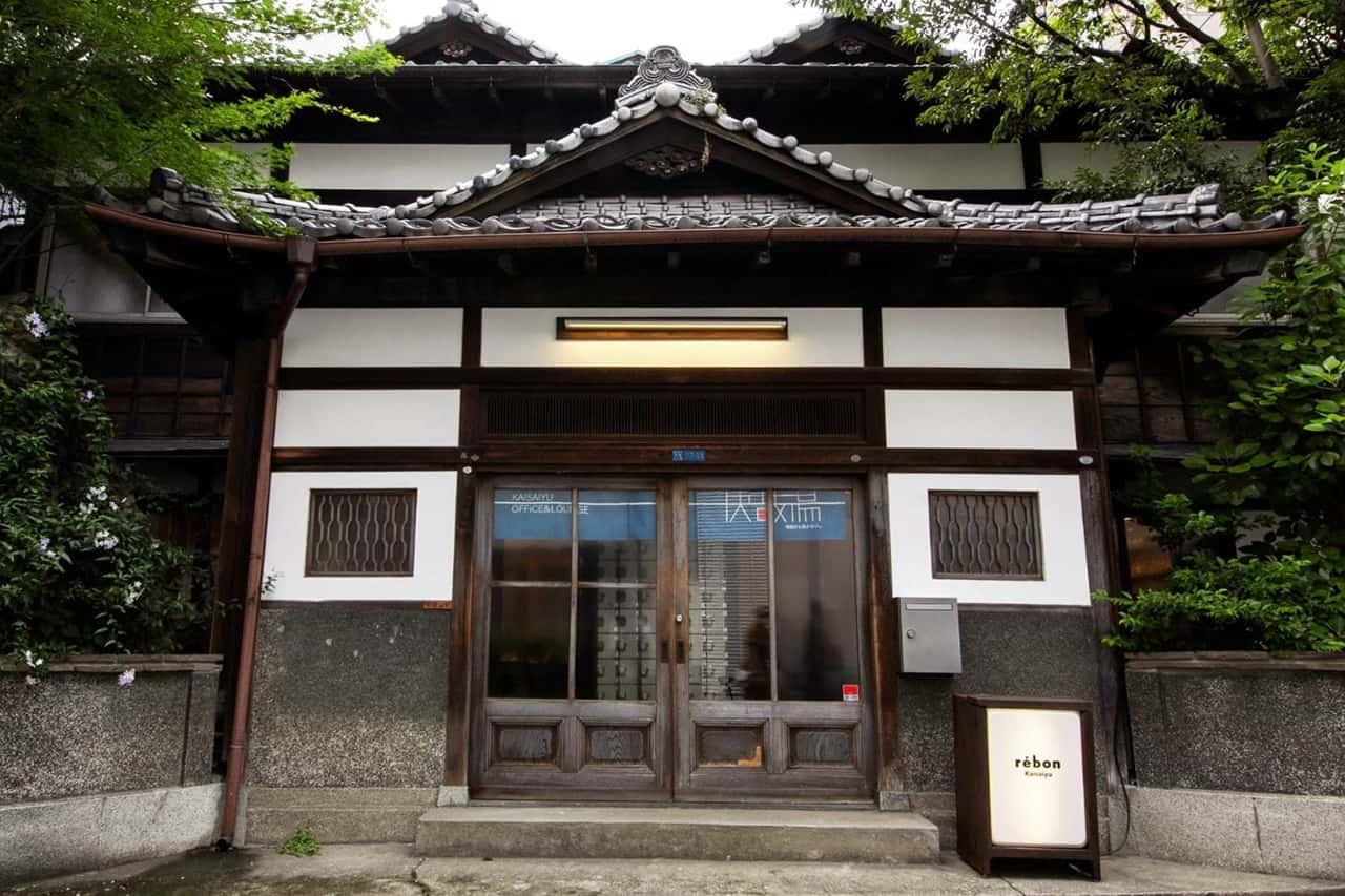 ถึงแม้ Rebon Kaisaiyu จะถูกนำมารีโนเวทใหม่เป็นคาเฟ่ แต่ก็ยังคงหลงเหลือบรรยากาศของโรงอาบน้ำสาธารณะไว้อยู่