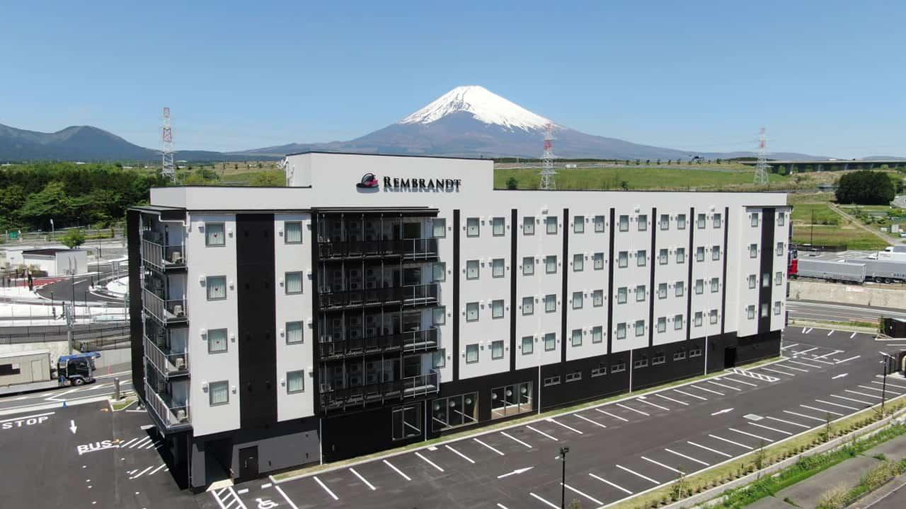 ด้านหลังของโรงแรม Rembrandt Style Gotemba Komakado จะเห็นภูเขาไฟฟูจิได้อย่างชัดเจน