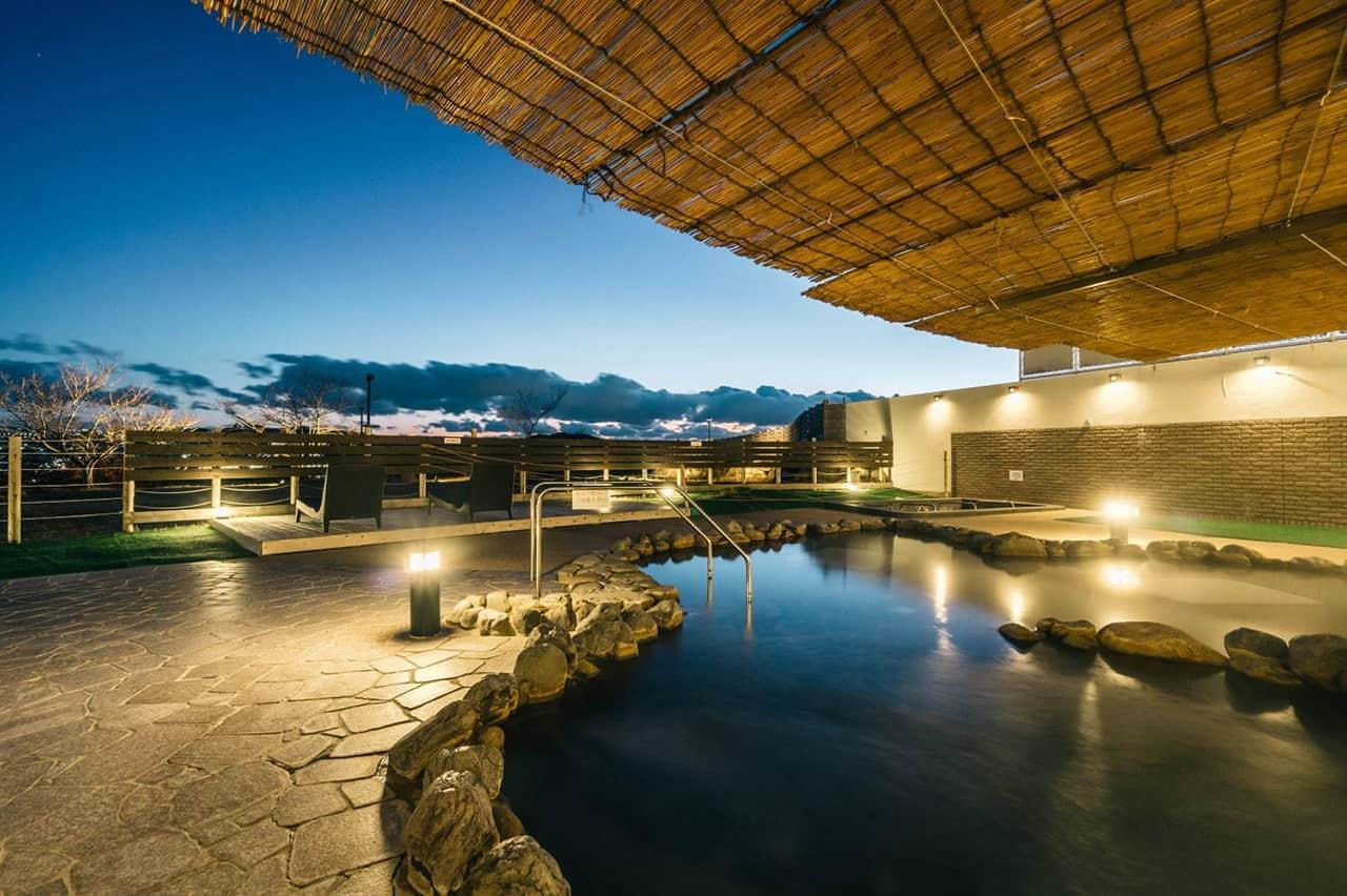 GLAMP DOME Kobe Tenku มีบ่อออนเซ็นธรรมชาติที่ตั้งอยู่บนเนินเขาให้บริการแก่ผู้เข้าพัก