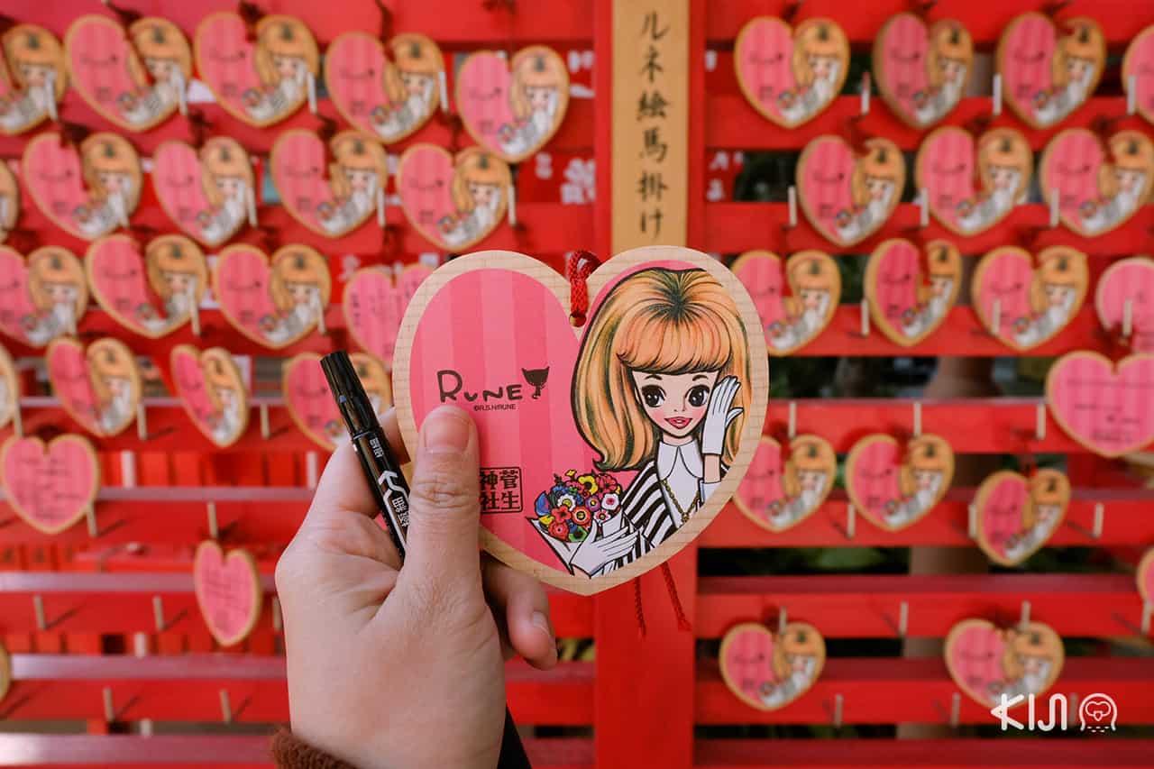 Sugao Shrine - เอมะ หรือแผ่นไม้สำหรับขอพรของที่นี่เป็นลวดลายการ์ตูนของศิลปินหญิงในท้องถิ่น