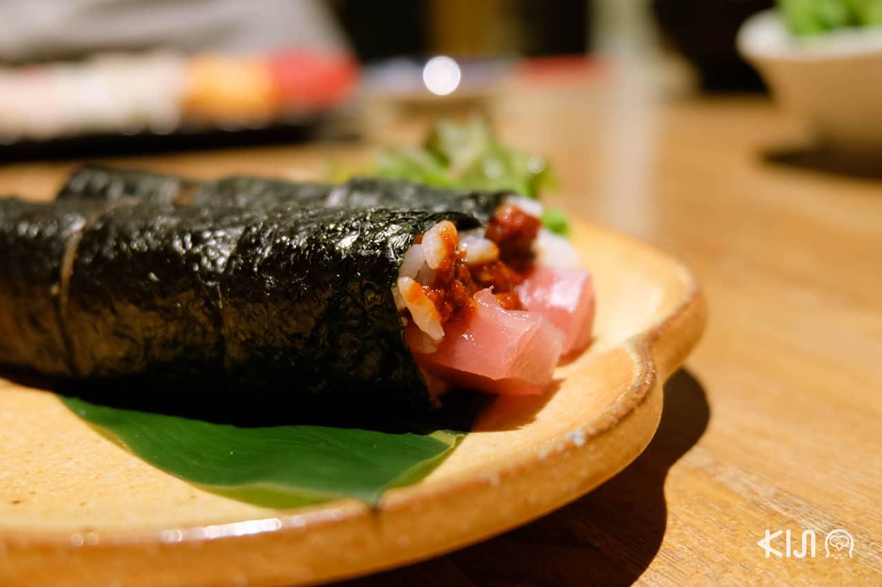 ข้าวห่อสาหร่ายปลาทูน่า จากร้าน Janome Sushi ในเมืองโอคาซากิ