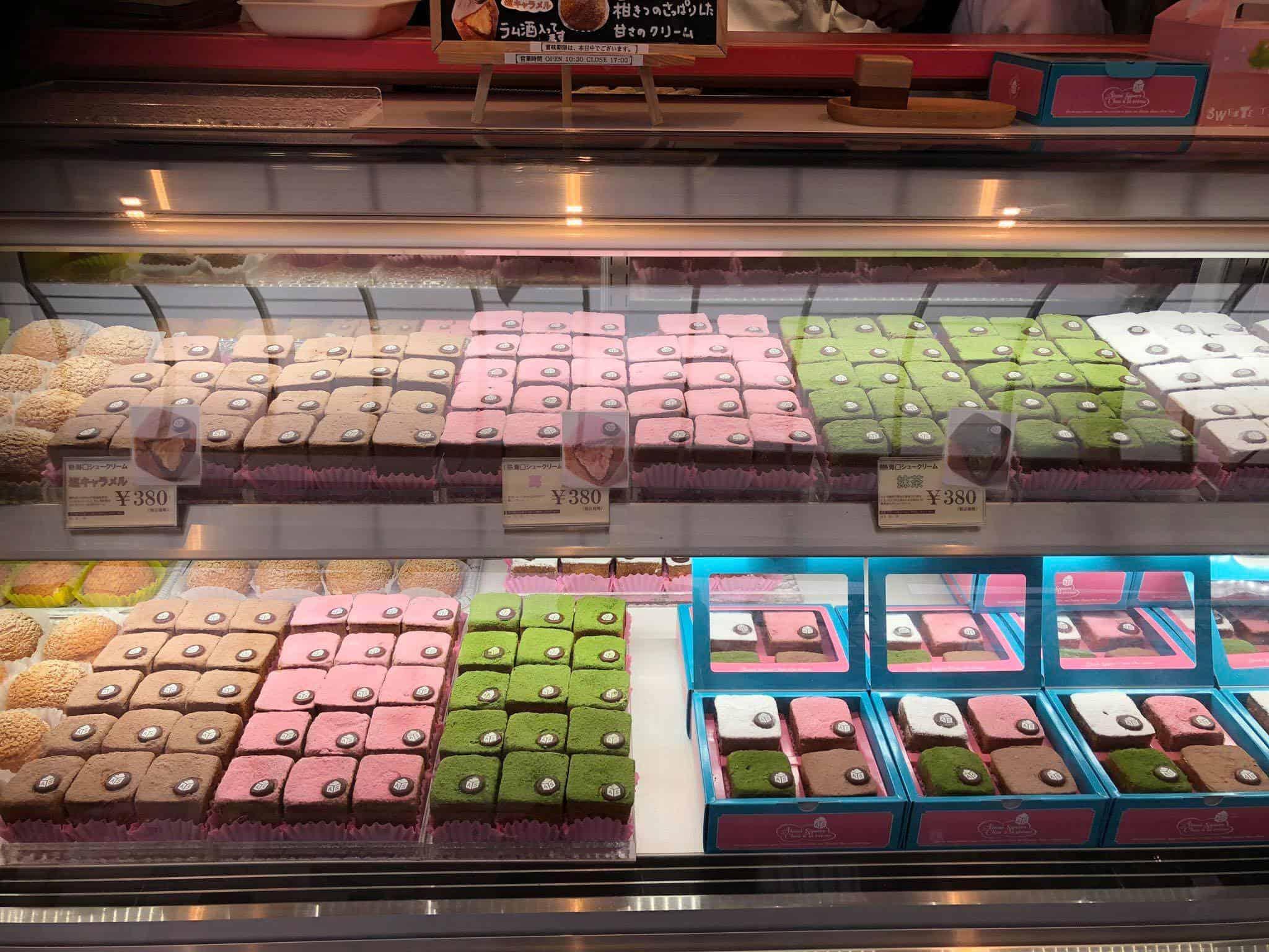 ชูครีมรสชาติต่างๆ ของร้าน Atami Square จ.ชิซูโอกะ