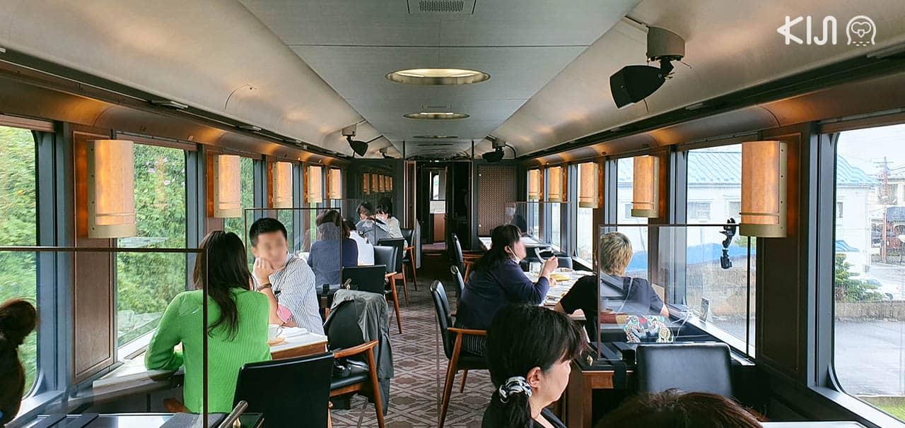 บรรยากาศภายในตู้โดยสารที 3 ของรถไฟขบวน Tohoku Emotion