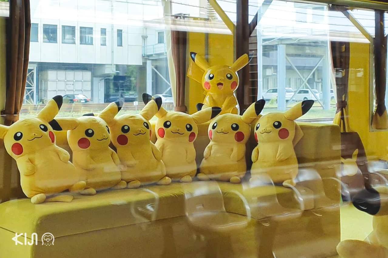 บนรถไฟ POKÉMON with YOU Train มีตุ๊กตาปิกาจูสดน่ารักให้ถ่ายรูปอยู่ทั่วขบวน