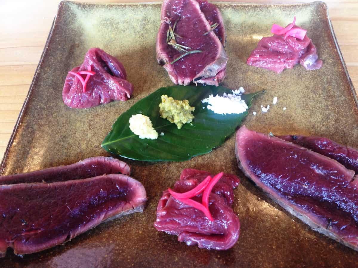 เนื้อกวาง แบบซาชิมิที่เสิร์ฟรวมกับเนื้อชนิดอื่น