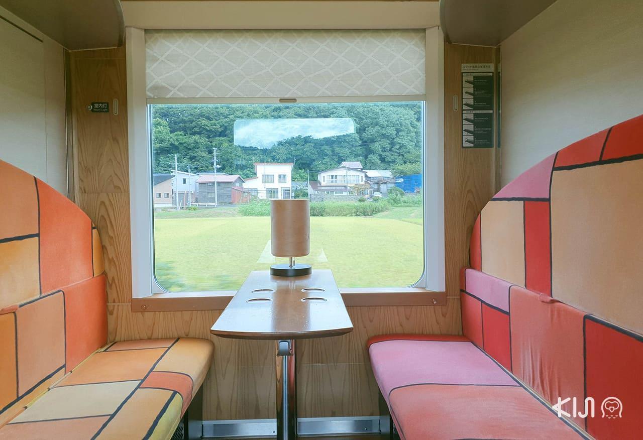 บรรยากาศภายในตู้โดยสาร 2 ของขบวนรถไฟ Resort Shirakami