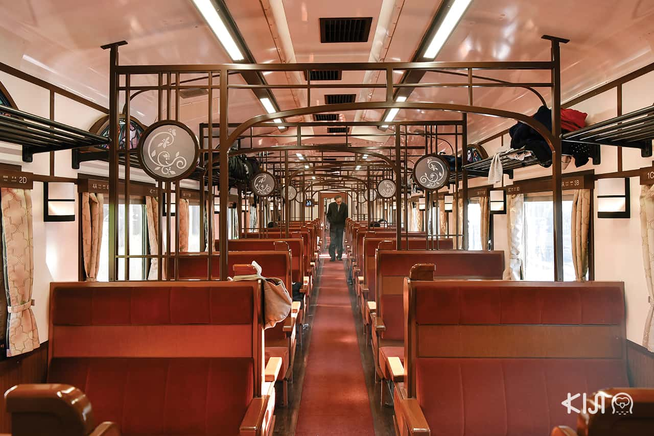 บรรยากาศภายในตู้โดยสารที่ 3 ของขบวนรถไฟ SL Ginga