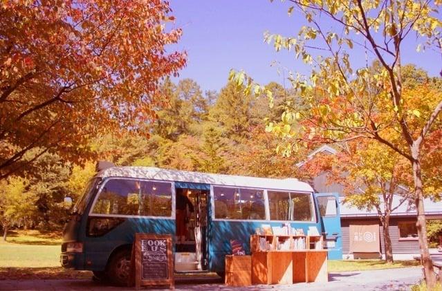Koyo Toshokan - Book Bus ร้านขายหนังสือเคลื่อนที่ในรถบัสสุดวินเทจ