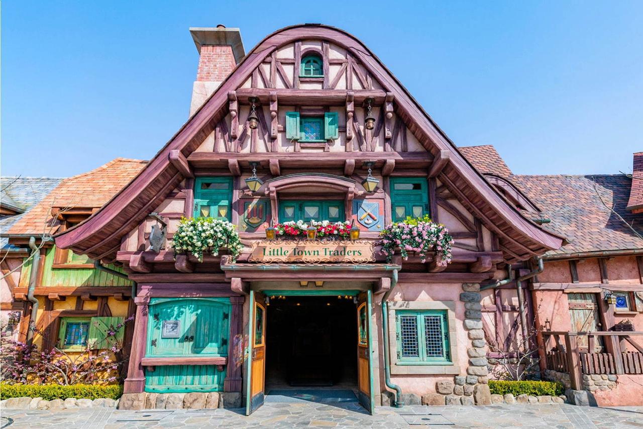La Bell Librely ร้านค้าที่ดัดแปลงมาจากห้องสมุดของเบลใน Beauty and the Beast โตเกียวดิสนีย์แลนด์