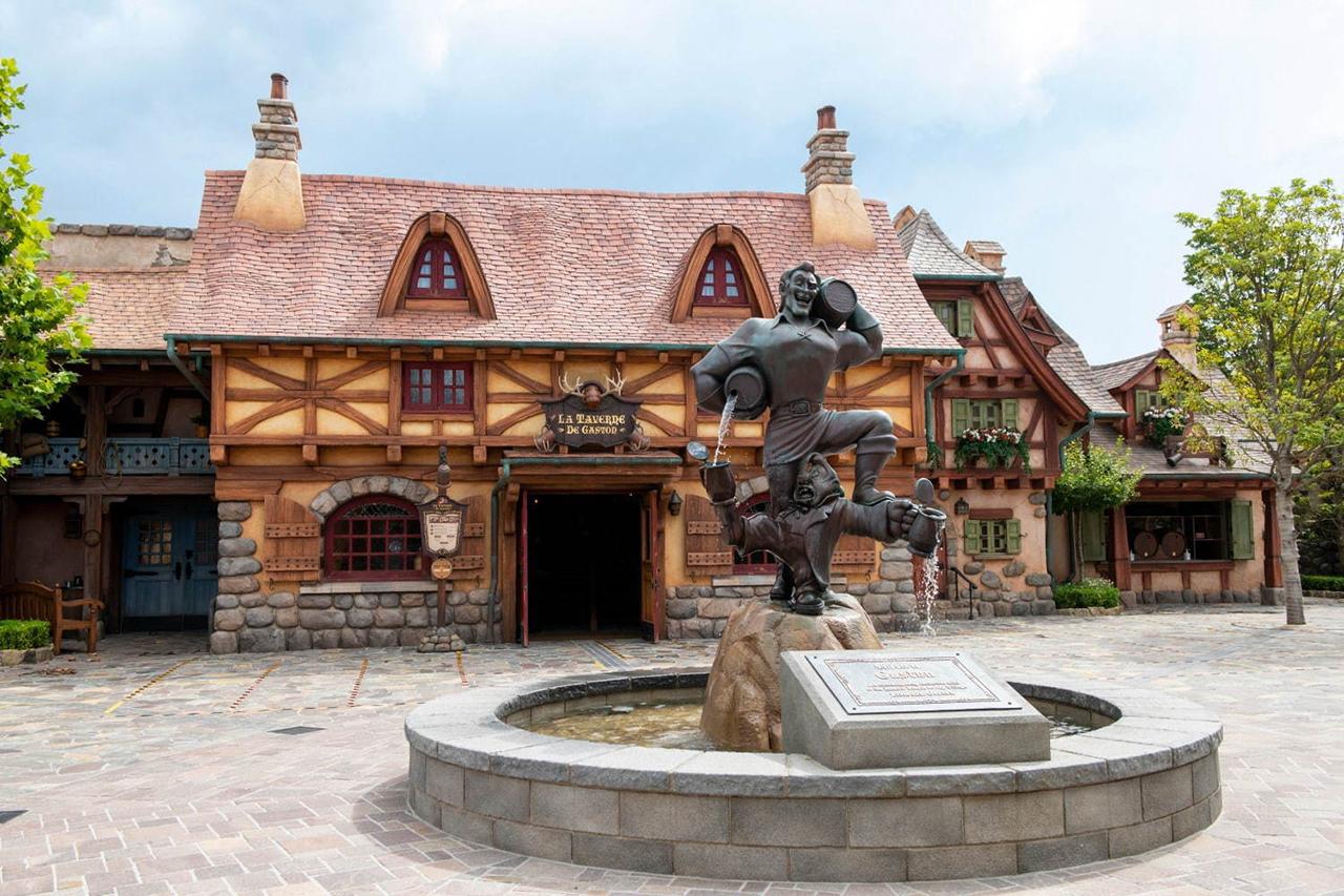 The Morris Cottage จุดจำหน่ายตั๋วที่เปิดในกระท่อมของมอริสจากเรื่อง Beauty and the Beast ในโตเกียวดิสนีย์แลนด์