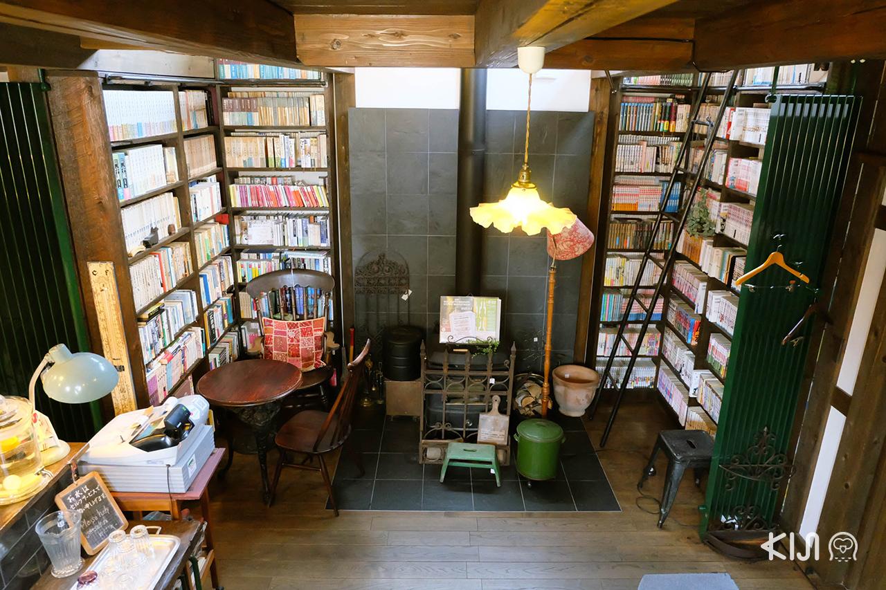 ภายในคาเฟ่ Café & Antique Titi เต็มไปด้วยหนังสือกว่า 1,000 เล่ม