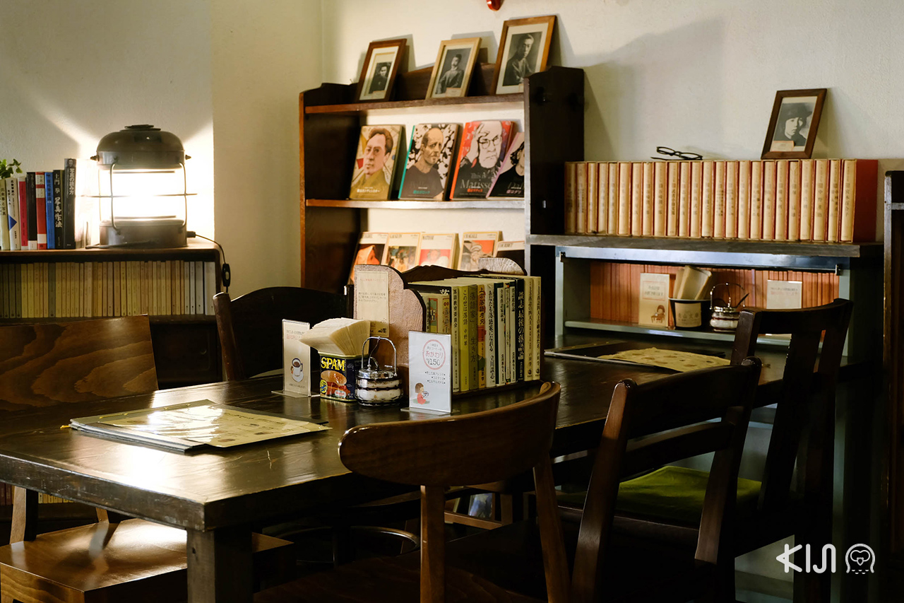 มุมที่นั่งของ คาเฟ่ Café Aoyama Bunko ในเมือง เซนได