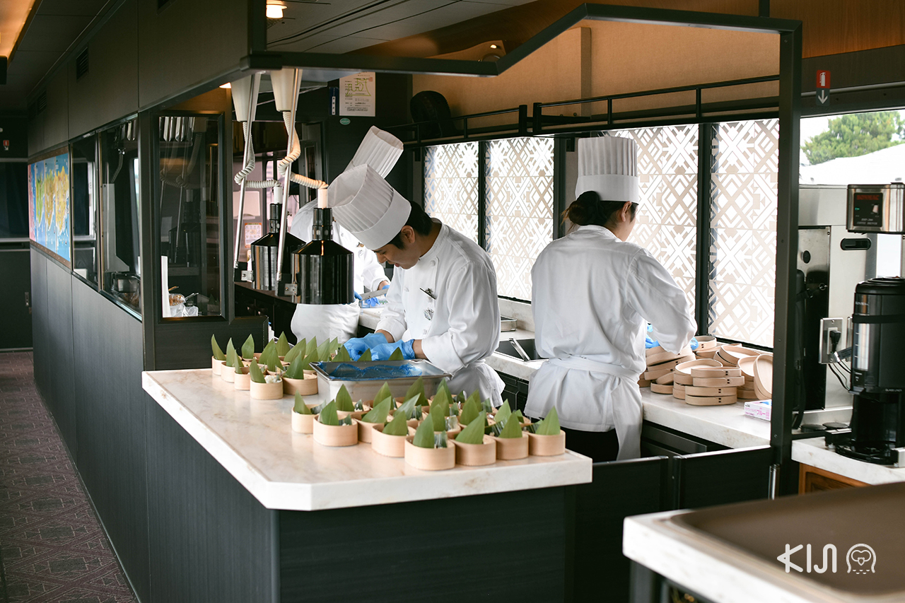 ห้องครัวแบบเปิดภายในขบวน TOHOKU EMOTION