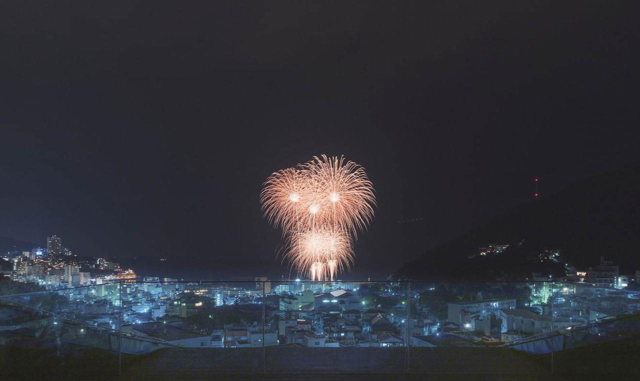 เราสามารถชมการแข่งขันพลุดอกไม้ไฟได้จากชั้นบนสุดของ SOKI ATAMI
