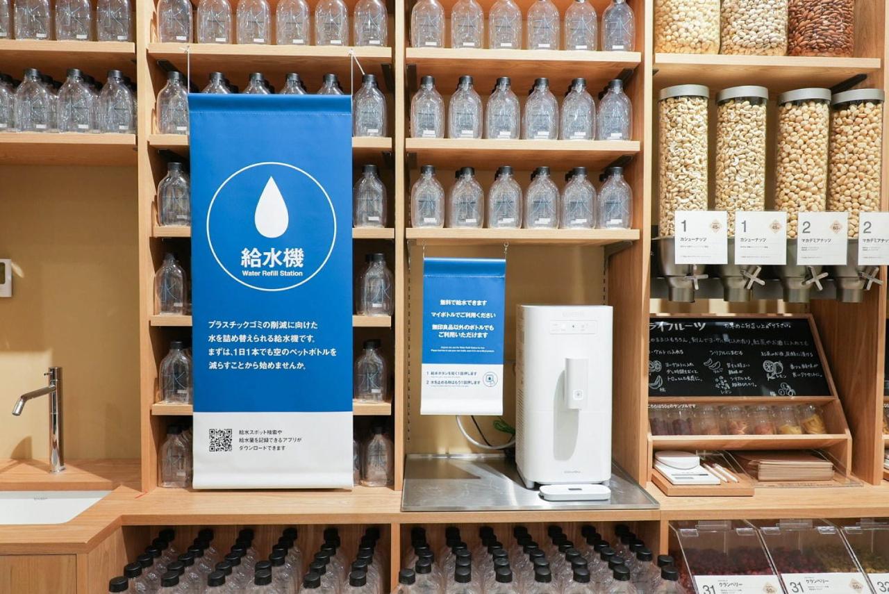 ที่ MUJI Tokyo Ariake ยังมีการโปรโมทโครงการตู้กดน้ำฟรีของมูจิที่มีการติดตั้งทั่วประเทศญี่ปุ่นด้วย