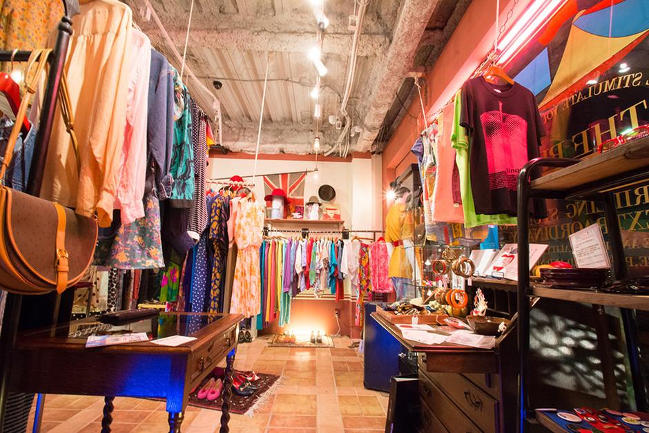 ร้านเสื้อผ้ามือสอง ในย่าน Daikanyama เต็มไปด้วยเสื้อผ้าและเครื่องประดับวินเทจมากมาย