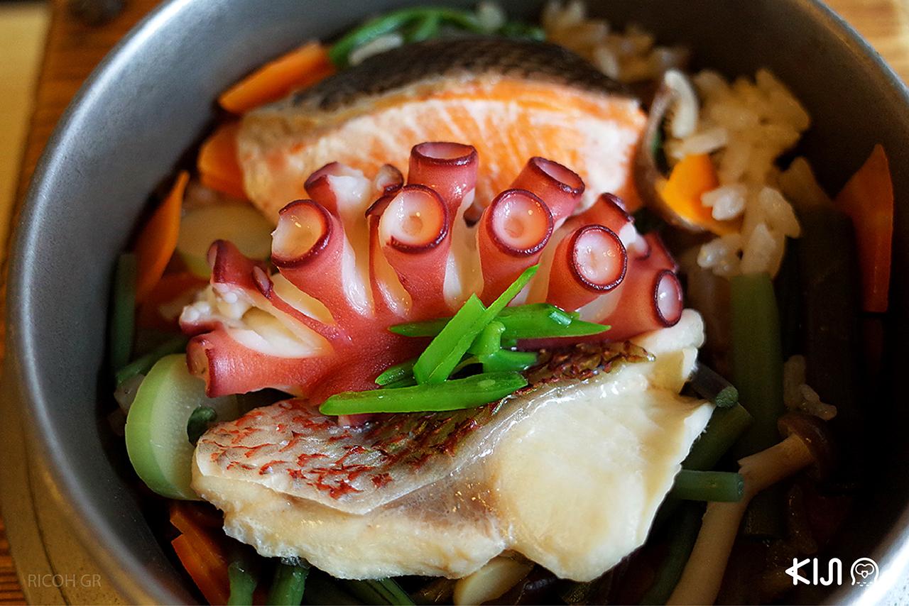 ข้าวอบทะเลที่ใช้น้ำแร่ที่ว่ากันว่าดีต่อสุขภาพของอาริมะออนเซ็น มาใช้ในการประกอบอาหาร