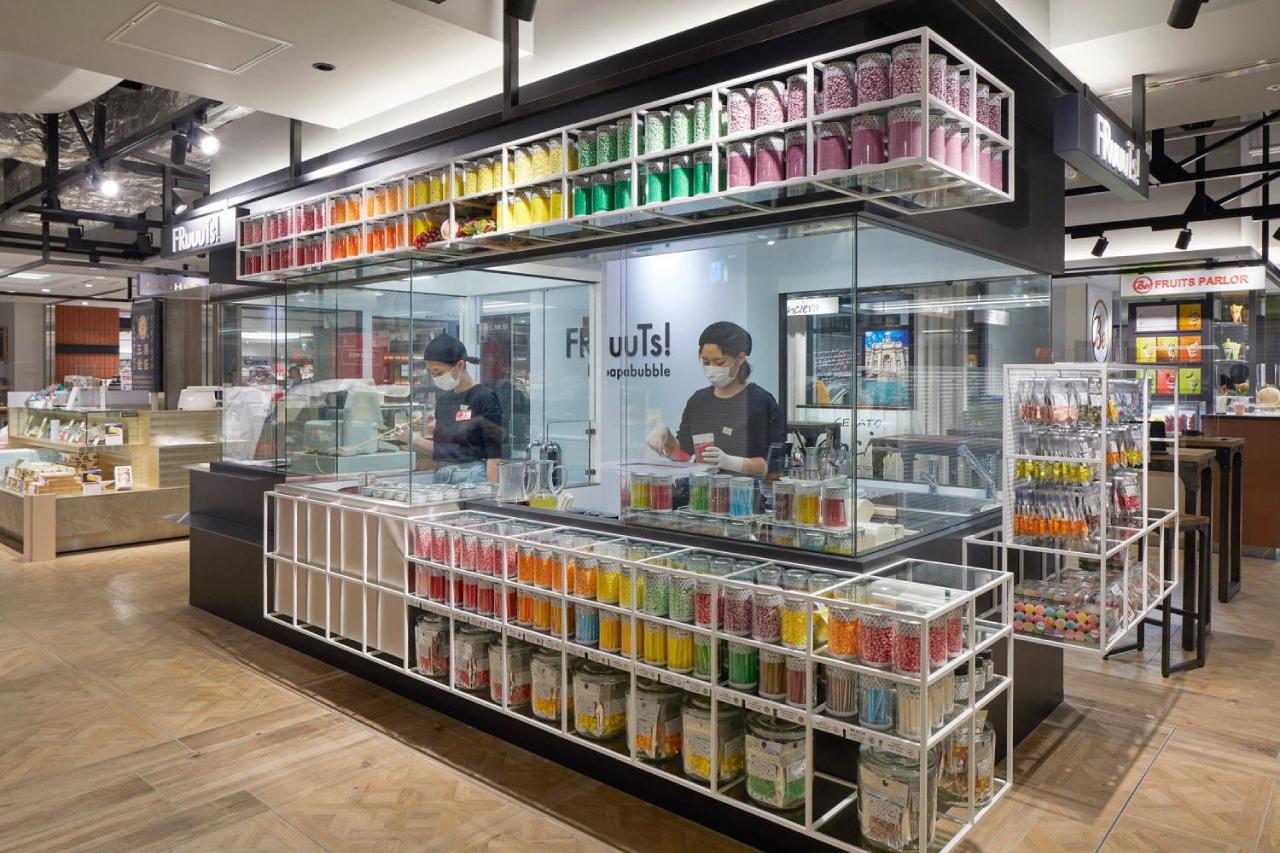 ที่ร้าน FRuuuTs แห่งนี้เรายังสามารถหาซื้อลูกกวาดในเครือ papabubble ได้ด้วย