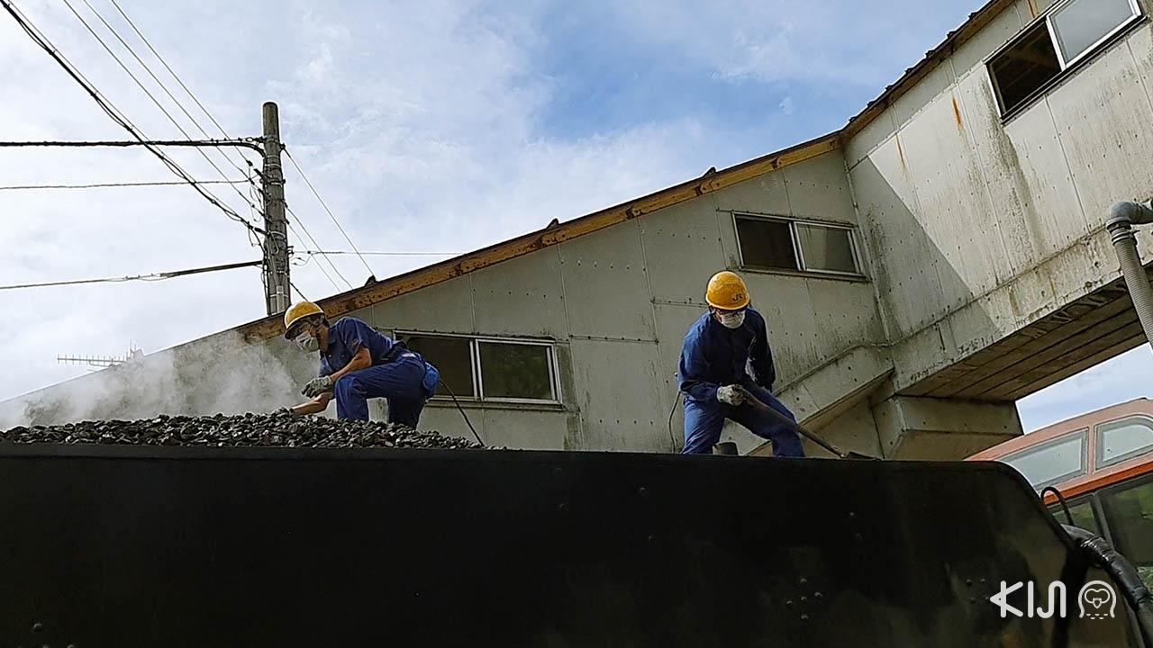 รถไฟ SL Banetsu Monogatari จะหยุดพักเพื่อเติมถ่านหินเป็นเชื้อเพลิงในการเดินรถ