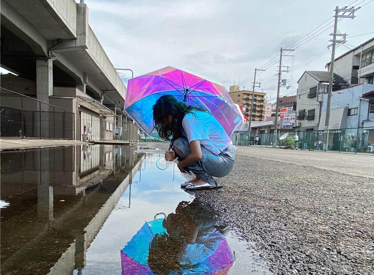 Aurora Vinyl Umbrella : เงาสีรุ้งของร่มที่สะท้อนลงบนแอ่งน้ำในวันที่ฝนตก