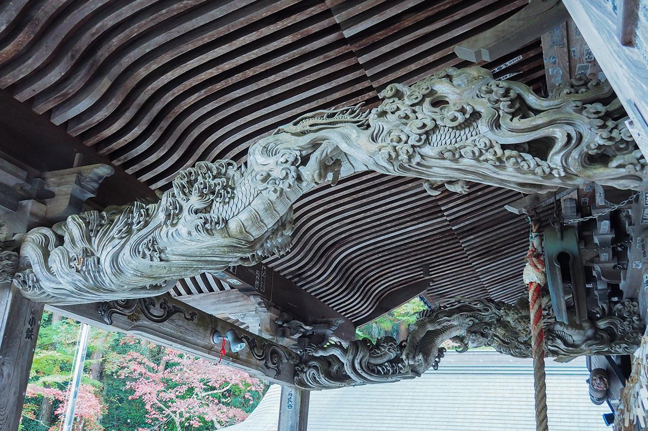 วัดโฮโคจิ, Hamamatsu : เสาไม้ที่แกะสลักเป็นรูปมังกร