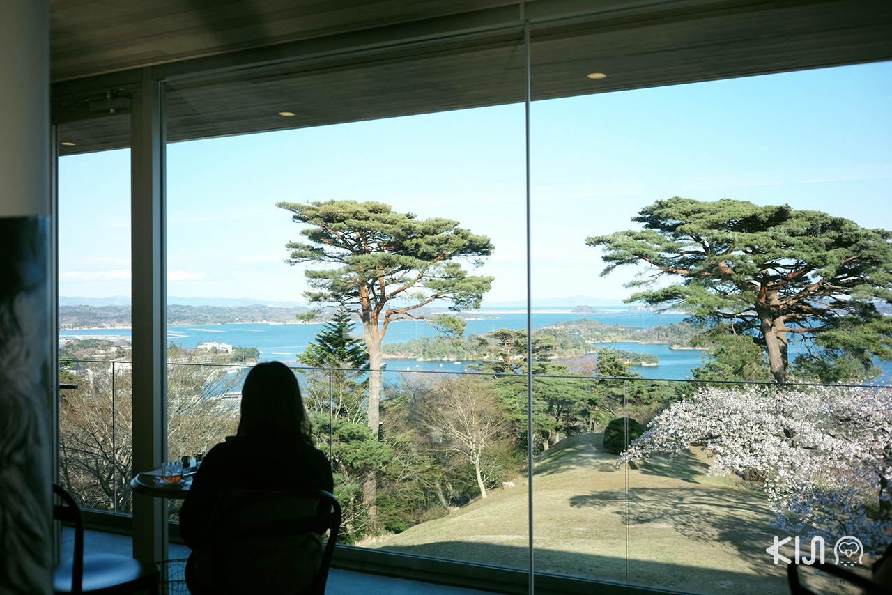 สามารถชมวิวอ่าวมัตสึชิมะ (Matsushima Bay) จากคาเฟ่ Café le Roman ได้เช่นกัน