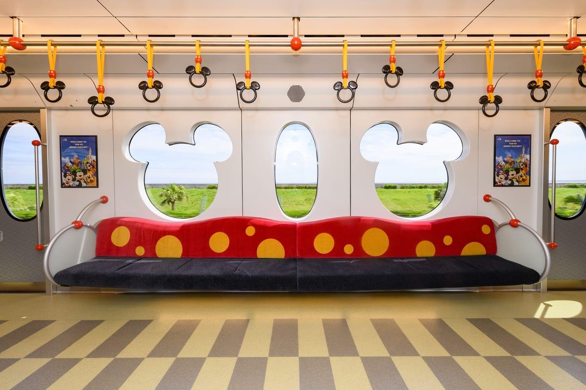 ภายในรถไฟ Resort Liner (Type C) ของ Tokyo Disney Resort