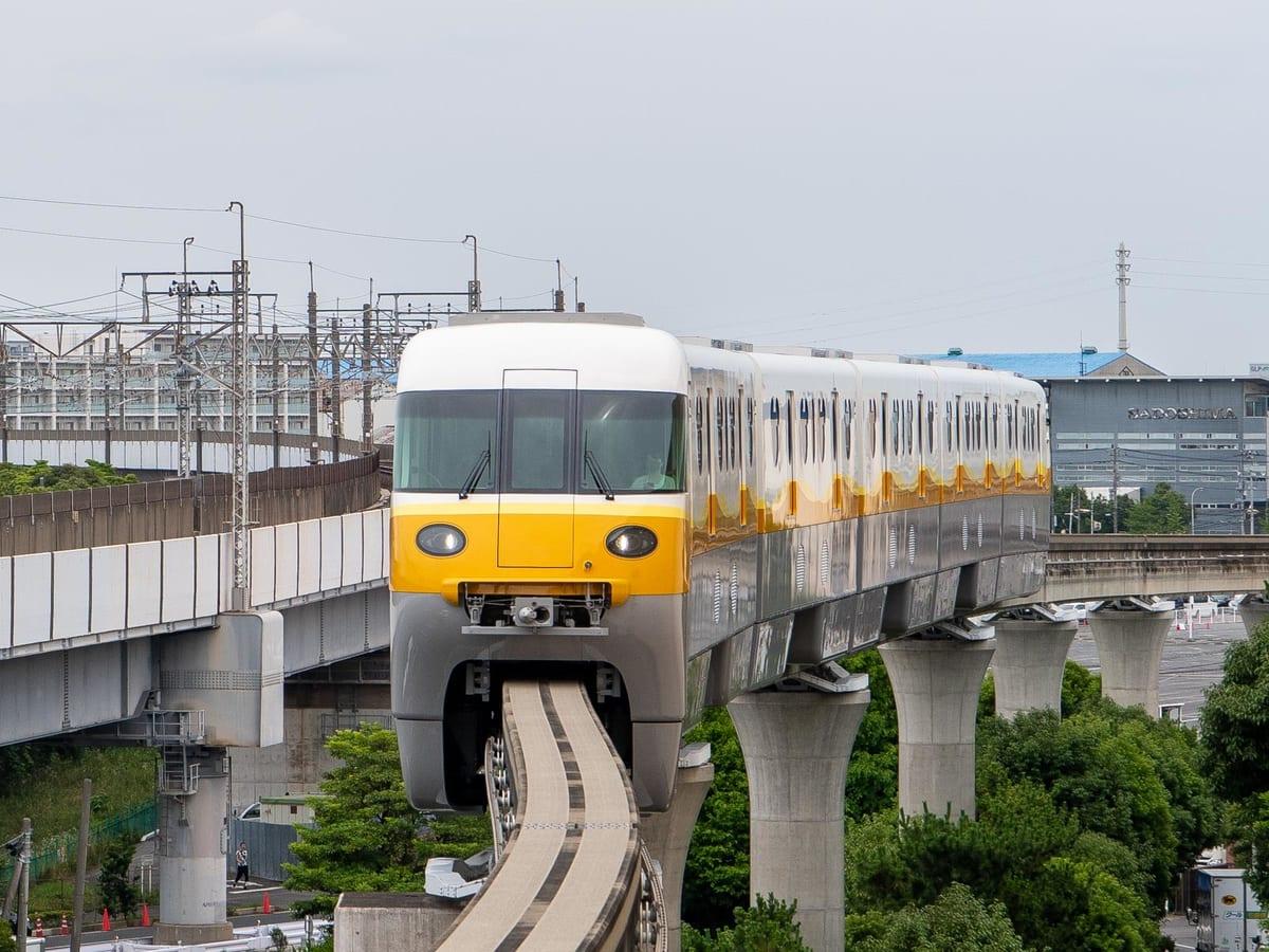 หน้าตาภายนอกของรถไฟสาย Resort Liner (Type C) ของ Tokyo Disney Resort