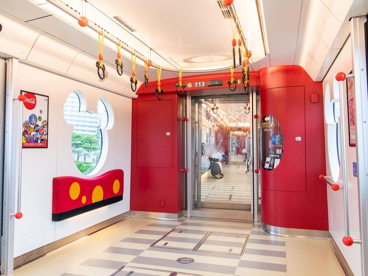 ภายในห้องโดยสารของรถไฟ Resort Liner (Type C) ของ Tokyo Disney Resort