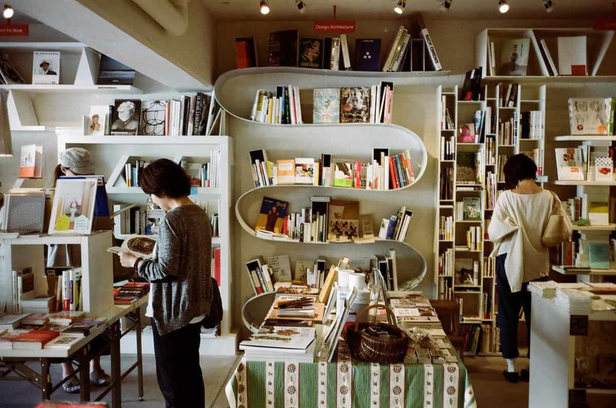 บรรยากาศภายในร้านหนังสือ Shibuya Publishing & Booksellers (SPBS本店)
