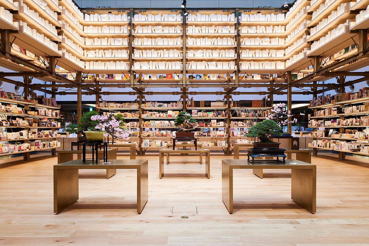 GINZA TSUTAYA BOOKS เป็นร้านหนังสือขนาดใหญ่ที่มีหนังสือมากถึง 60,000 เล่ม