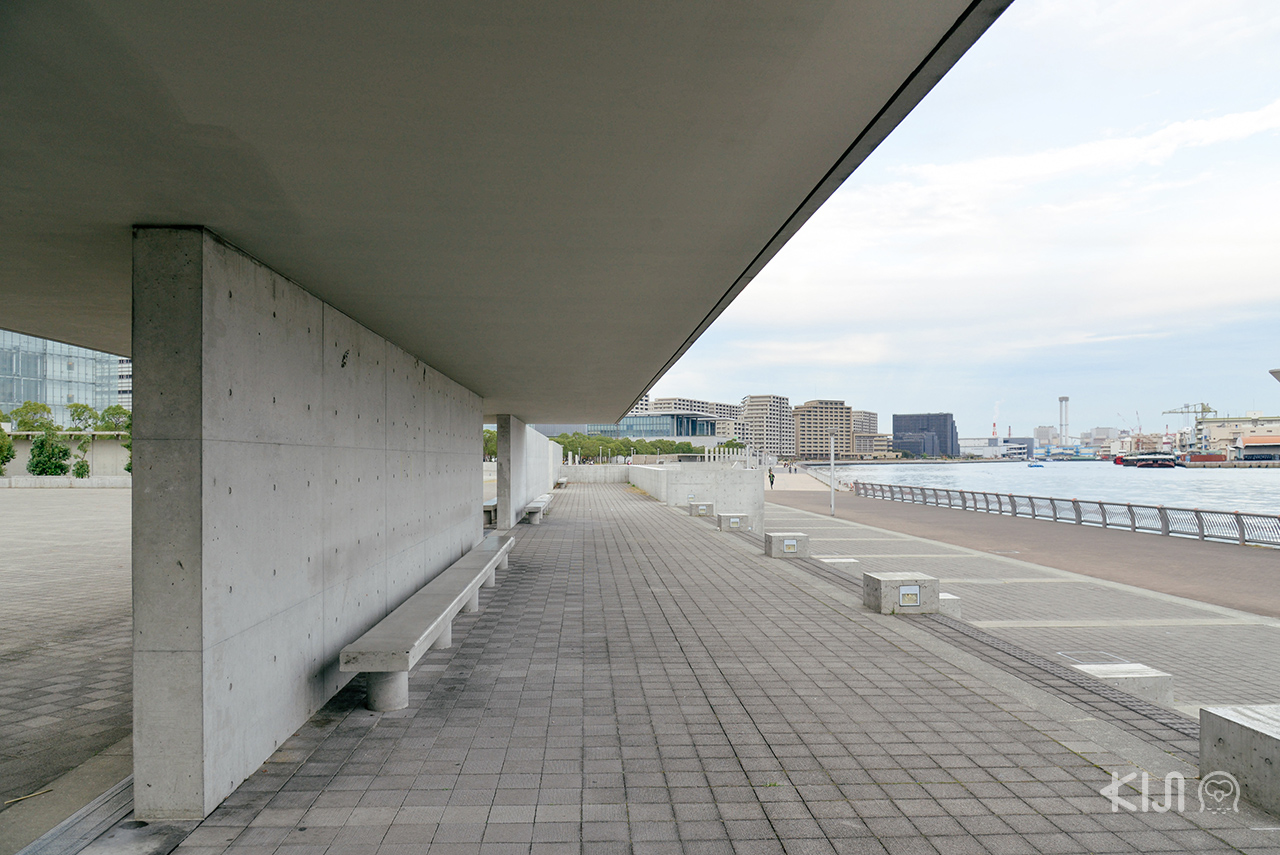 นั่งชมวิวอ่าวที่ Kobe Waterfront Plaza
