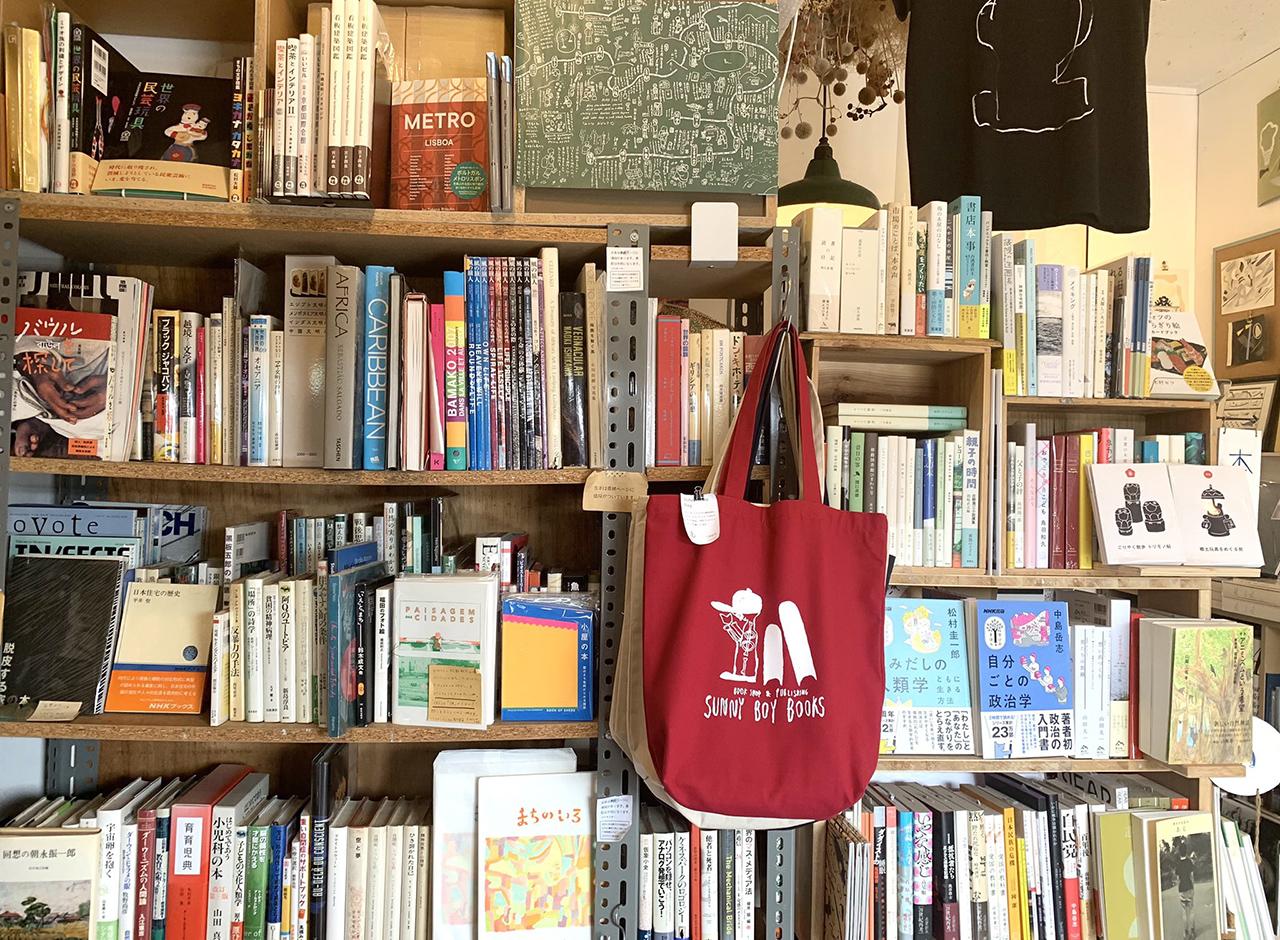 ภายในร้านหนังสือ SUNNY BOY BOOKS อัดแน่นไปด้วยหนังสือ และสินค้างานดีไซน์ต่างๆ มากมาย