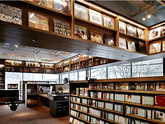 บรรยากาศภายในร้านหนังสือ DAIKANYAMA TSUTAYA BOOKS (T-SITE) โตเกียว