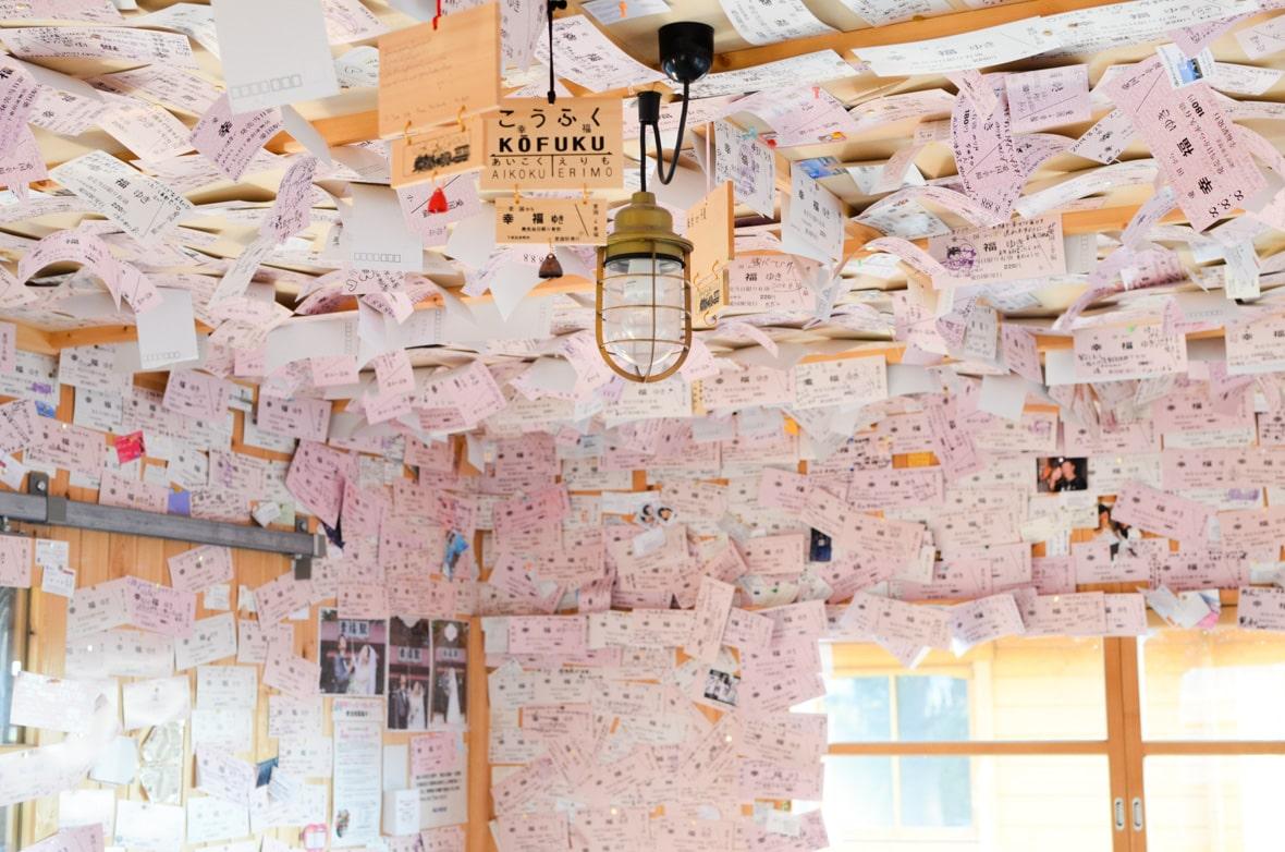 ภายในของ Kofuku Station ถูกแต่งแต้มไปด้วยสีชมพูจากตั๋วแห่งความรัก