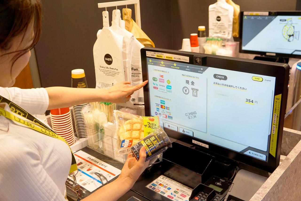 บริเวณทางออกของ ร้านสะดวกซื้อแบบไร้พนักงาน จะมีตรวจสอบสินค้าอัตโนมัติและชำระเงิน