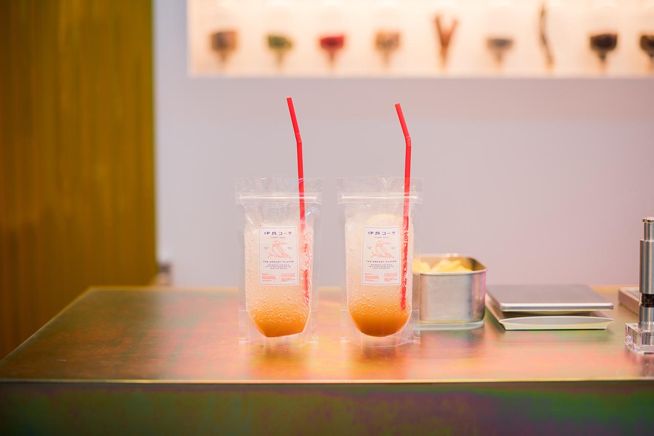 """เมนูแนะนำของ Iyoshi Cola คือ CRAFT COLA """"THE DREAM FLAVOR"""" (500 เยน) เมนูโคล่ามาตรฐานที่เสิร์ฟในถุงพลาสติกที่ถือดื่มง่าย"""