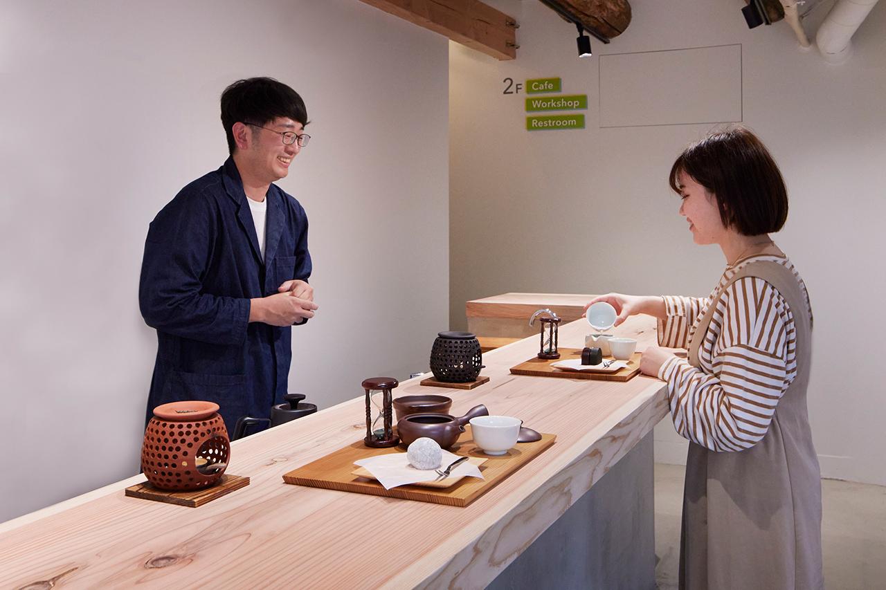 ภายในร้าน mirume Shinryoku Sabo จะมีผู้เชี่ยวชาญด้านการชงชาคอยอธิบายวิธีการชงชาให้อร่อยด้วยกาต้มชาญี่ปุ่น