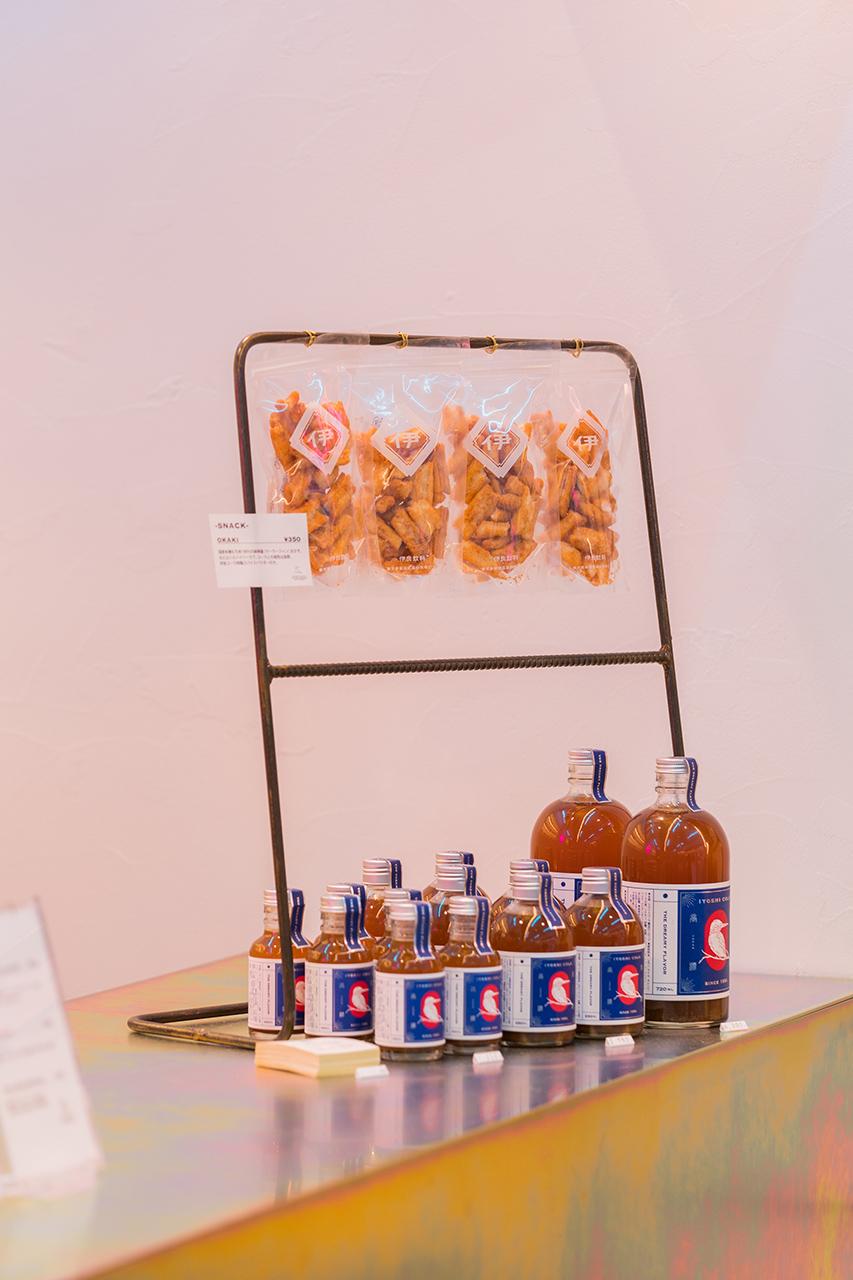 Shoyu Mala Okaki (350 เยน) ขนมที่ทำจากข้าวเหนียวมาพร้อมกับเครื่องเทศพิเศษ เมนูลิมิเต็ดเฉพาะ Iyoshi Cola สาขาชิบูย่า