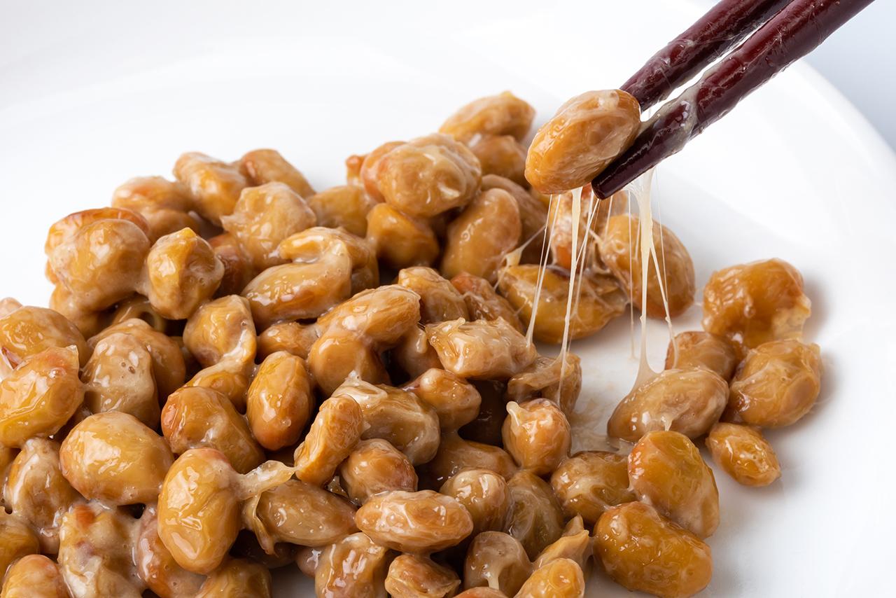 นัตโตะ อาหารพื้นเมืองที่ลักษณะคล้ายกับถั่วเน่าของไทย ก็เป็นหนึ่งใน อาหารญี่ปุ่นซูเปอร์ฟู้ด ชั้นดีที่ควรมีติดบ้าน