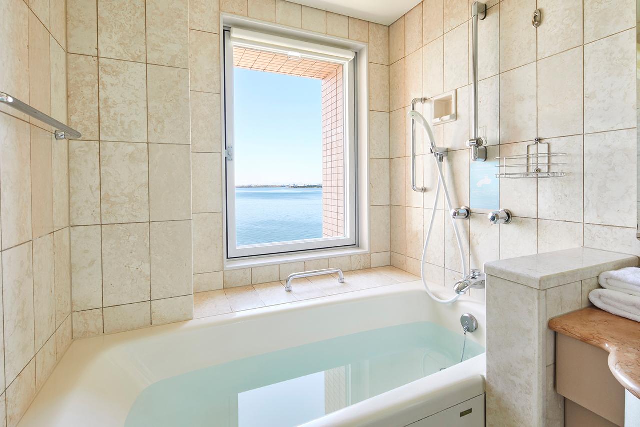 Grand Nikko Tokyo Bay Maihama : ห้องอาบน้ำที่มีอ่างให้แช่น้ำพลางชมความสวยงามของอ่าวโตเกียวไปพร้อมกัน