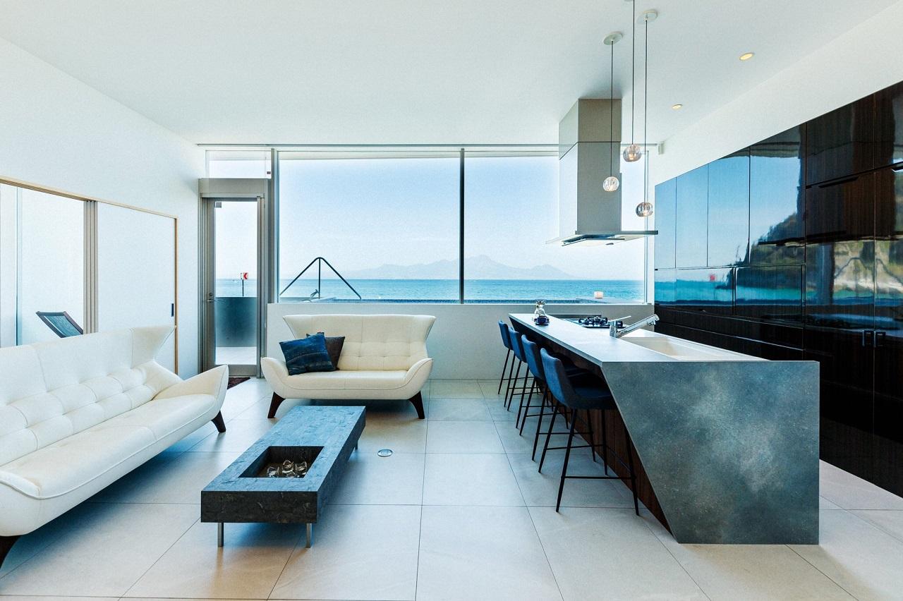 Amakusa Misumi Seaside Villa ภายในห้องมีหน้าต่างบานใหญ่ เผยให้เห็นวิวทะเลแสนสบายตา